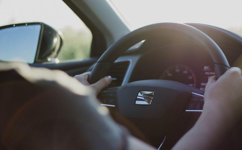 ハンドル 820x510 - 誰もが知るべき安全運転のコツ