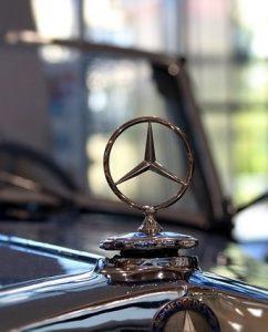 メルセデスカー 242x300 - 世界で一番有名な車ブランド