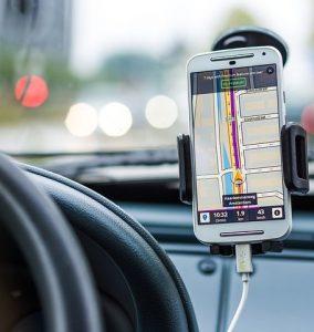 車の中で携帯電話 284x300 - 2019年夏よりGoogle Assistantにドライビングモードが登場