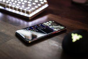 携帯電話 1 300x200 - 思わず夢中になってしまう、人気のカーレースアプリ5選