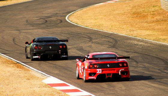 赤と黒のフェラーリ 560x320 - 男心をくすぐる、最高のスポーツカーを紹介