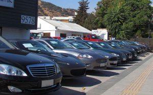 """駐車中の車 300x188 - 新車購入時に知っておきたい、営業マンの""""買わせる""""テクニック"""