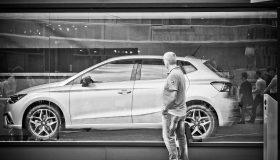 車を見て 280x160 - 新車を購入する際のポイント