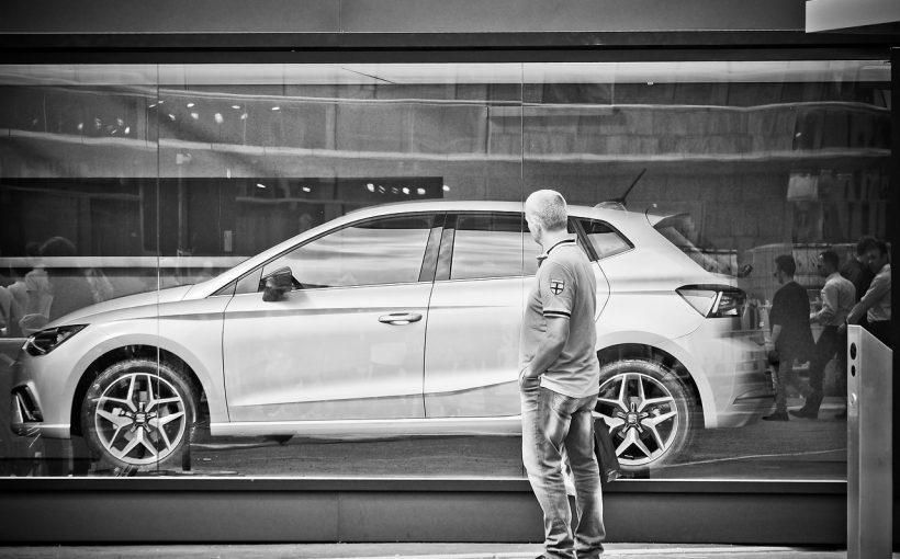車を見て 820x510 - 新車を購入する際のポイント